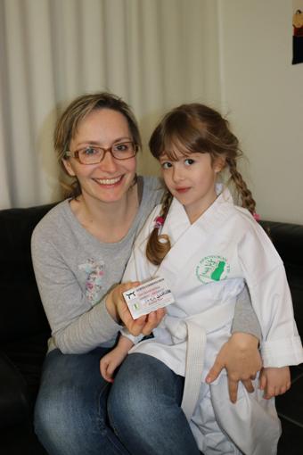 Emilies Mutter hat den Gürtelführerschein bestanden.