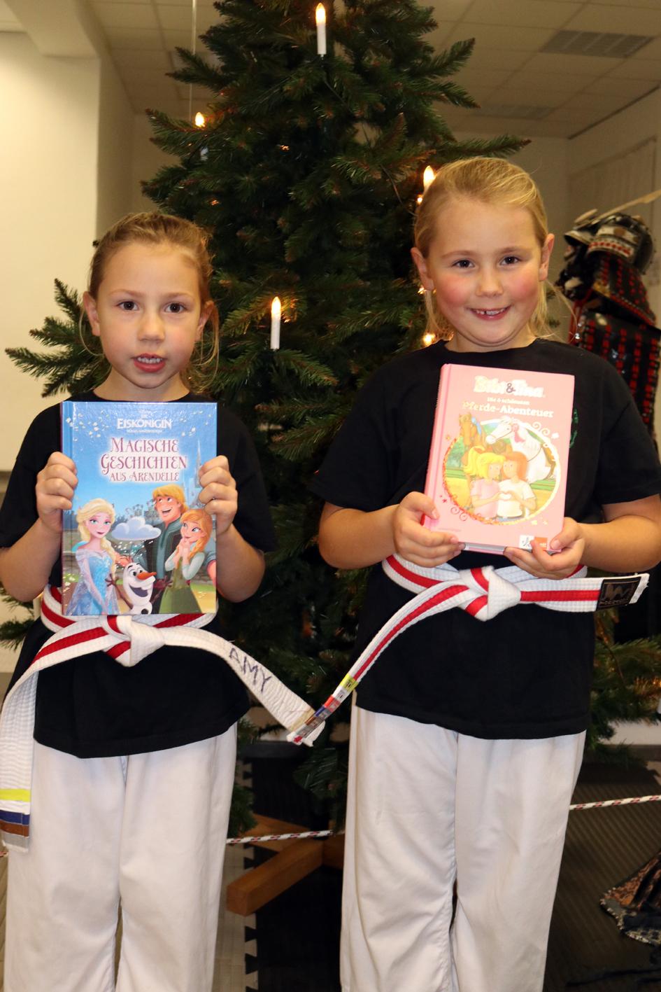 Amy und Zoe mit ihren Lieblingsbüchern